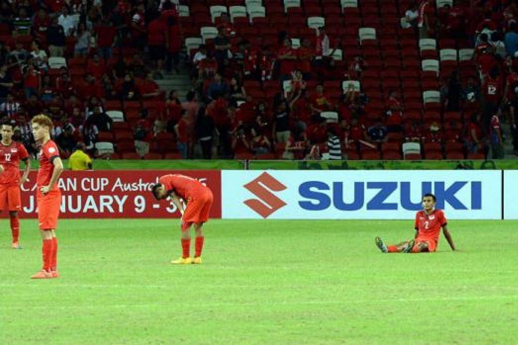 WAJAH-WAJAH KECEWA: Beberapa pemain Singa, termasuk penjaga gawang, Hassan Sunny (paling kanan), begitu kecewa selepas kekalahan kepada Malaysia, sekali gus meranapkan harapan mereka melangkah ke separuh akhir Piala AFF Suzuki ini. - Foto ZAINAL YAHYA