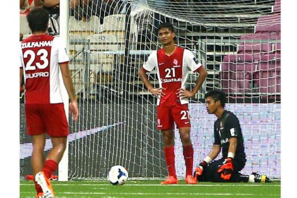 TERSINGKIR AWAL: Barisan pemain LionsXII termasuk tunggak pertahanan, Safuwan Baharudin (tengah), dan penjaga gawang, Izwan Mahbud (kanan), tidak dapat menyembunyikan kehampaan mereka selepas pasukan terkeluar di peringkat kumpulan Piala Malaysia. - Foto fail