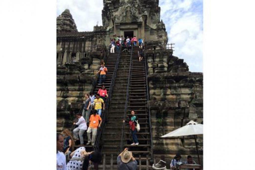 TANGGA CURAM DI ANGKOR WAT: Dua juta pelawat mengunjungi tapak bersejarah ini yang dibina pada awal abad ke-12.