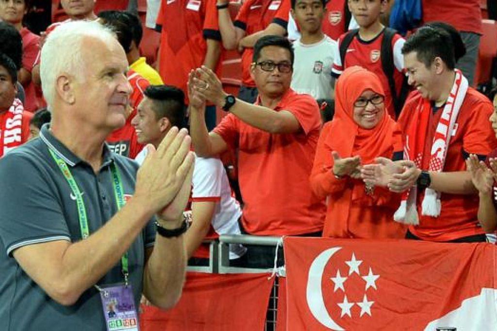 KURANG DIYAKINI: Cara Bernd Stange menjalankan latihan dan falsafah bola sepaknya telah dipertikai penyokong dan pemain. - Foto ZAINAL YAHYA
