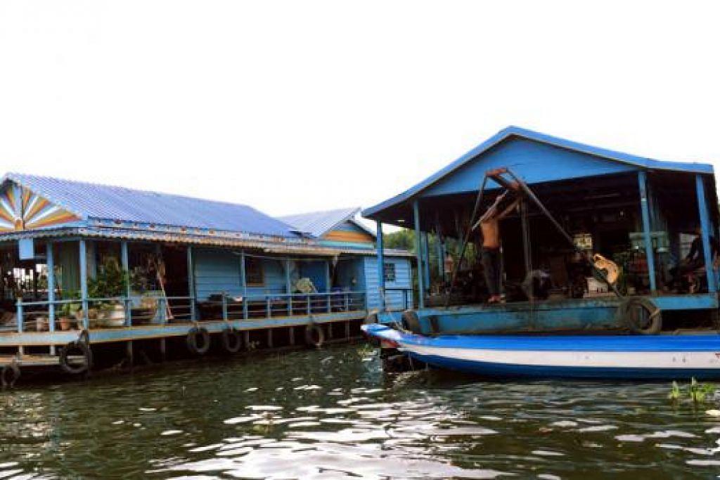 PENDUDUK TASIK: Rumah kampung terapung di Tasik Tonle Sap, Kemboja, yang merupakan tasik air tawar terbesar di Asia Tenggara dengan keluasan 2,700 kilometer persegi.