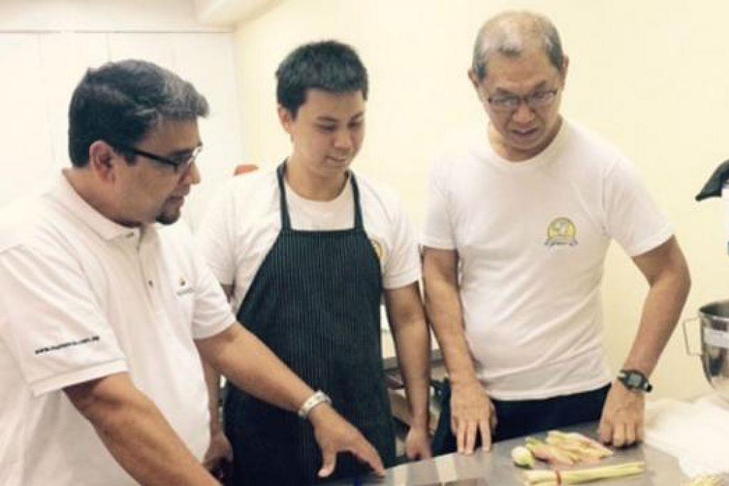MENJANA IDEA: (Dari kiri) Pemilik Restoran Mamanda, Encik Zulkarnine Hafiz; Cef Barry; dan Cef utama, Encik William Woo; menjana idea bagi menghasilkan roti 'artisan' bagi Beta Bakerie. - Foto BETA BAKARIE