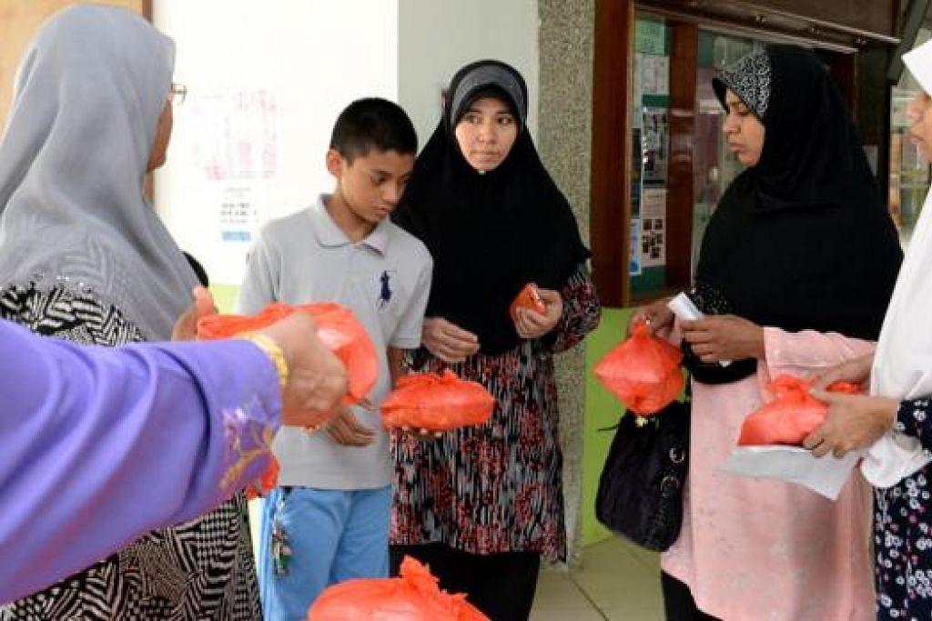 SUMBANG MAKANAN: Masjid Darul Aman mengagih-agihkan makanan secara percuma kepada orang ramai setiap Selasa dan Khamis. - Foto ZAINAL YAHYA