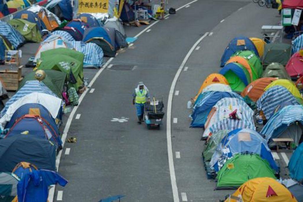 TERUSBANTAH: Penunjuk perasaan di Hongkong berikrar meneruskan bantahan semalam. - Foto AFP