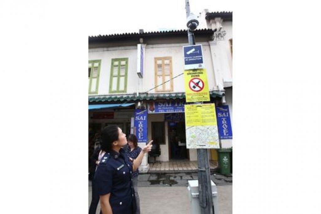 MENINGKATKAN KESELAMATAN DI LITTLE INDIA: DSP Ho menunjukkan antara 43 kamera polis yang dipasang di Little India. - Foto ZAOBAO