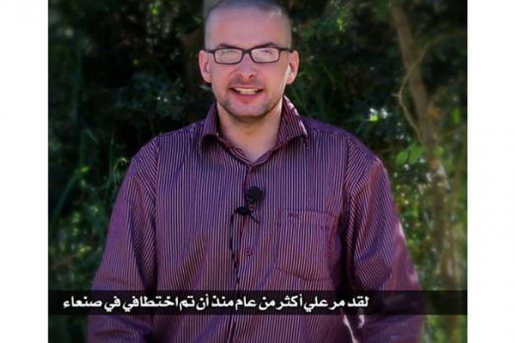 NYAWA TERANCAM: Satu rakaman video menunjukkan tebusan Amerika, Encik Luke Somers, yang diculik oleh militan di Yaman tahun lalu merayu agar beliau diselamatkan. - Foto AFP