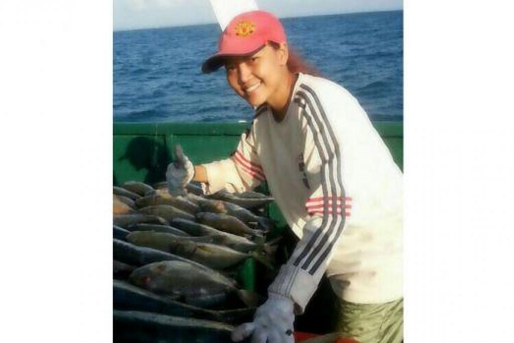 MEMANG LASAK: Jangan pandang Rosalina sebelah mata terutama bab memancing di lautan. Wanita berusia 43 tahun ini sudah memancing di tengah lautan sejak berusia 20 tahun lagi. Air yang bergelora dan cuaca yang tidak menentu tidak pernah mematahkan semangatnya untuk terus memancing di tengah lautan.