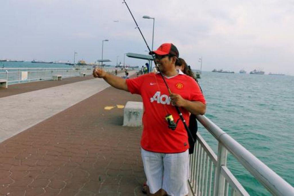 BEDOK JETI: Ramai pemancing yang ke sini yang dikatakan banyak terdapat ikan besar kerana airnya yang dalam.