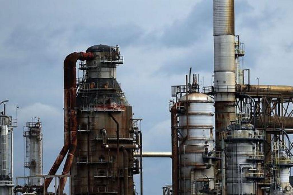 TUKAR PERANAN: Terdapat 'lompatan peranan' dengan Amerika mengambil alih tempat Arab Saudi sebagai pengeluar minyak terbesar dunia. - Foto AFP