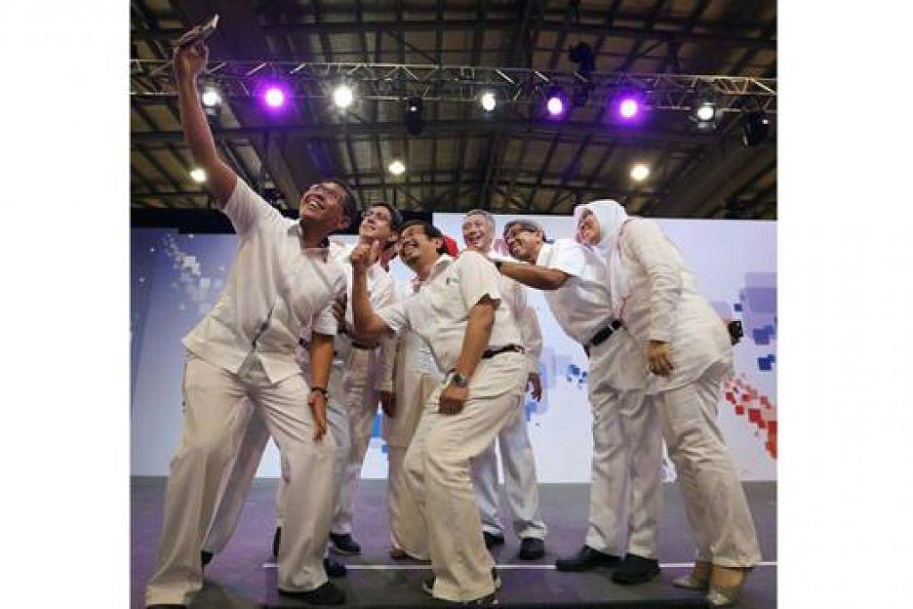 RAKAM KENANGAN: Beberapa AP Melayu ber-selfie dengan Perdana Menteri Lee Hsien Loong semasa majlis Anugerah dan Jamuan Malam PAP60 baru-baru ini. Pemimpin dan aktivis parti itu akan membincangkan perkara lebih penting esok - hala tuju PAP dalam jangka masa panjang. - Foto FACEBOOK LEE HSIEN LOONG