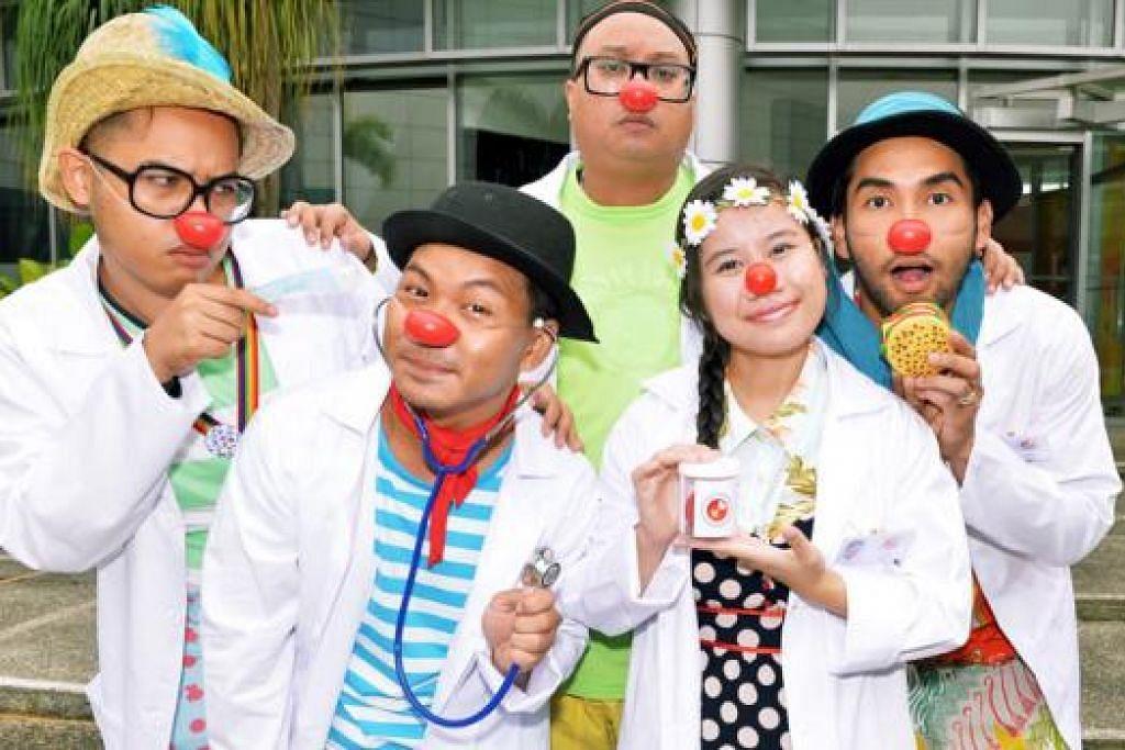 MAHU MENCERIAKAN PESAKIT DI HOSPITAL: Antara pelatih doktor badut Singapura ialah (dari kiri) Encik Ahmad Zaaki Mohd Nasir, Encik Irfan Kasban, Encik Shaiful Risan, Cik Noor Izzaty Ishak dan Encik Ghazali Muzakir. - Foto KHALID BABA