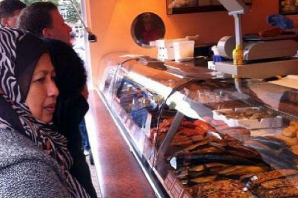 SEDAPNYA: Makanan istimewa iaitu ikan salai di Warnemunde, kawasan pelancongan berdekatan Rostock. - Foto-foto ihsan SITI RAHIMAH MOHAMAD