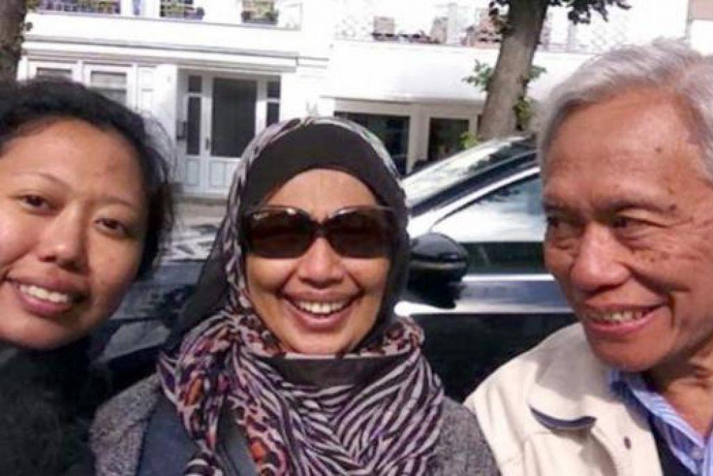 BER'SELFIE': Penulis (tengah), suami dan anak mereka sempat berselfie di Warnemunde. - Foto-foto ihsan SITI RAHIMAH MOHAMAD