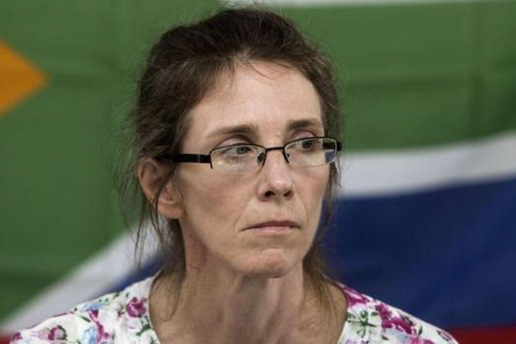 MINTA DIBEBASKAN: Cik Yolande Korkie, bekas tebusan dan isteri Pierre Korkie, mengadakan sidang akhbar sebelum ini meminta agar suaminya yang ditahan di Yaman dibebaskan. Suaminya terbunuh semasa operasi menyelamat kelmarin. - Foto AFP