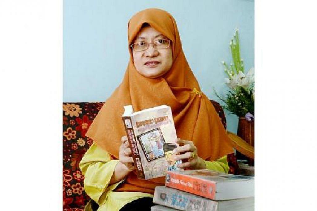 CABARAN MENULIS NOVEL: Novelis Singapura, Cik Norisah A. Bakar, terus menyerikan dunia penulisan hari ini dengan karyanya yang berkisar tentang kekeluargaan, persahabatan dan masyarakat. Beliau dirakam di rumahnya yang terletak dalam kawasan Chua Chu Kang baru-baru ini. - Foto JOHARI RAHMAT