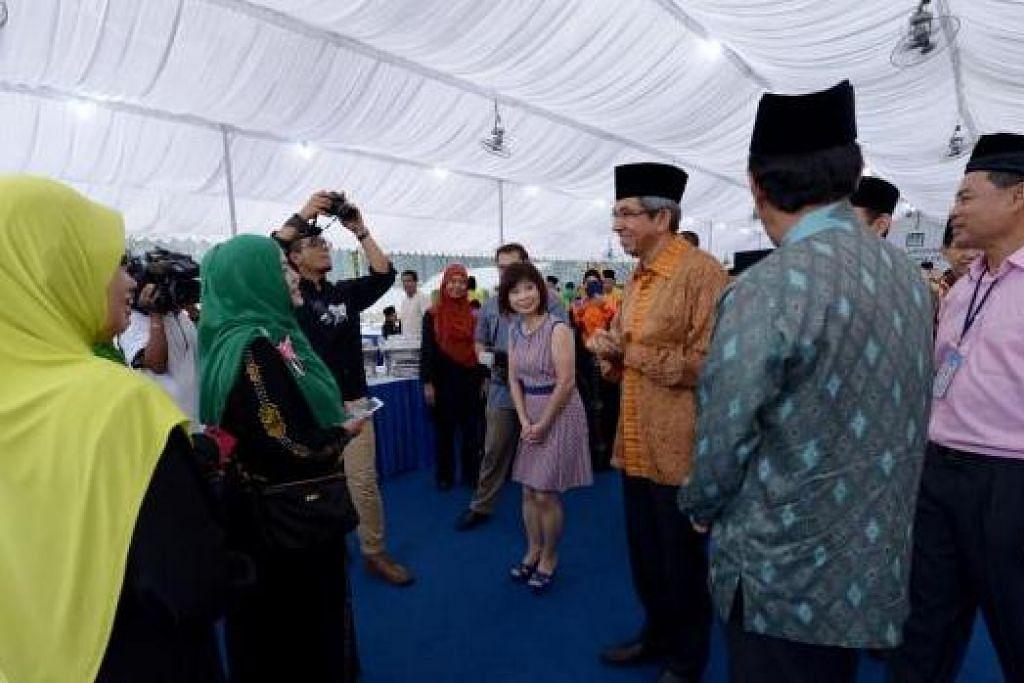 TEMUI PENDUDUK: Majlis pembetonan Masjid Maarof dihadiri Menteri Bertanggungjawab bagi Ehwal Masyarakat Islam, Dr Yaacob Ibrahim (berbaju batik jingga); Ketua Eksekutif (CE) Muis, Haji Abdul Razak Maricar (berbaju batik biru, membelakangi kamera); serta Anggota Parlimen Dr Amy Khor (tengah).