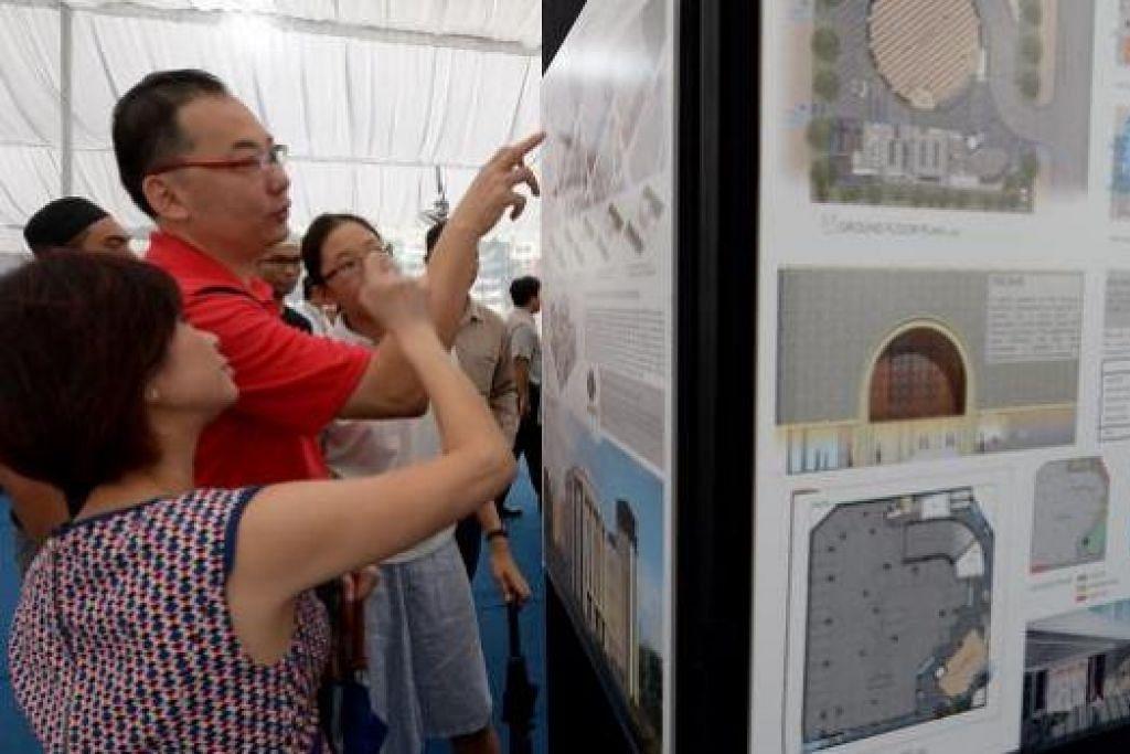 TINJAU PAMERAN: Anggota Parlimen Dr Amy Khor (depan) melihat pameran reka bentuk Masjid Maarof dalam majlis pembetonan.