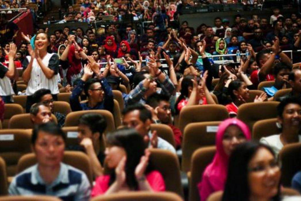 SOKONGAN PADU: Sorakan penonton yang membanjiri Auditorium Shine di Shaw Tower pada 29 November lalu menyemarakkan lagi semangat kumpulan yang bersaing.