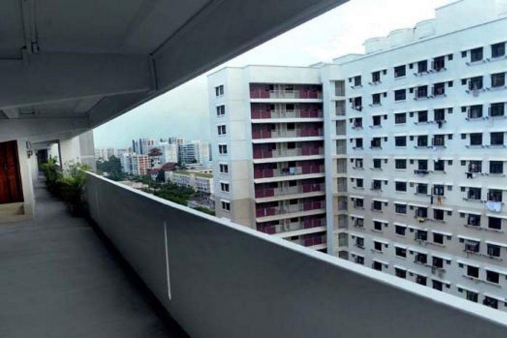 MERUDUM: Harga sewa bagi flat tiga bilik turun 0.2 peratus kepada $2,100. - Foto TAUFIK A. KADER