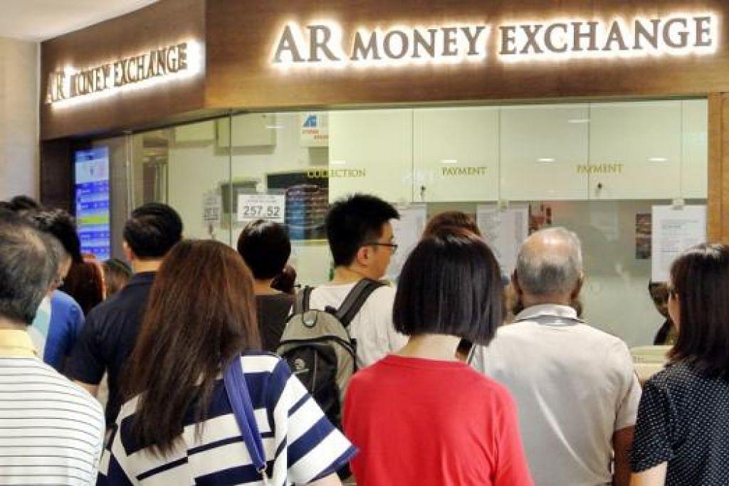 RINGGIT MEROSOT: Kadar pertukaran bagi satu dolar pelbagai, dengan ada yang mencecah RM 2.60 kini. - Foto JOHARI RAHMAT