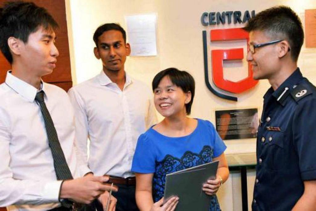 BANTU POLIS BERKAS SUSPEK: (Dari kiri) Encik Lim, Encik Mohamed Nazir dan Dr Yam menerima sijil mengiktiraf jasa mereka membantu polis memberkas suspek dalam satu kes rompakan bersenjata di Raffles Place bulan lalu daripada DAC Daniel Tan. - Foto KHALID BABA