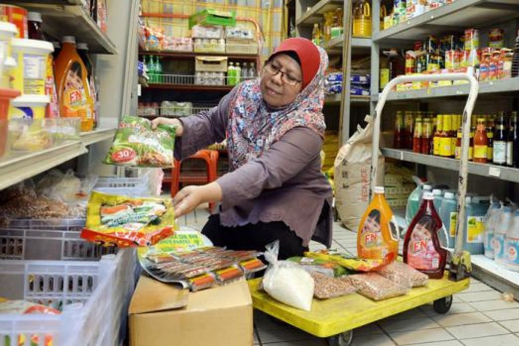 LEBIH DUA DEKAD NIAGA: Cik Leila Mustafa, yang memulakan perniagaan runcitnya di Simei 24 tahun lalu, begitu rapat dengan pelanggannya dan menganggap mereka sebagai keluarga dan saudara sendiri. - Foto TAUFIK A. KADER