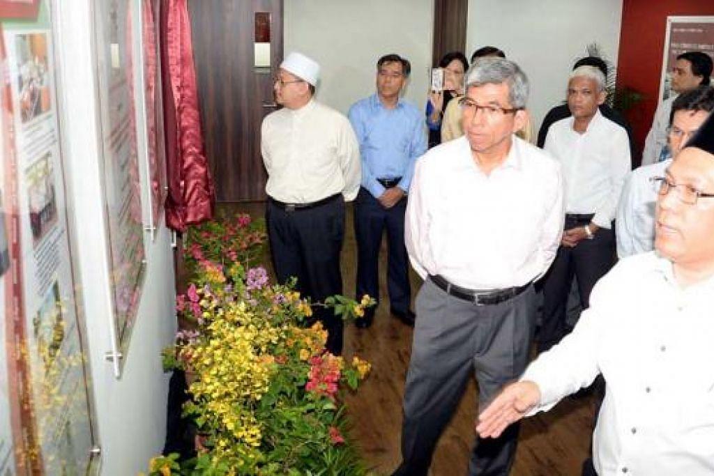 ERA BARU WAREES HALAL: Encik Abdul Rahim (kanan) bersama Dr Yaacob (tengah) mengadakan lawatan ke pejabat Warees Halal di Beach Road semalam. Antara yang hadir ialah Mufti Dr Mohd Fatris Bakaram (kiri), Encik Latiff Ibrahim (kemeja biru) dan Presiden Muis, Haji Mohd Alami Musa (dua dari kanan). - Foto JOHARI RAHMAT