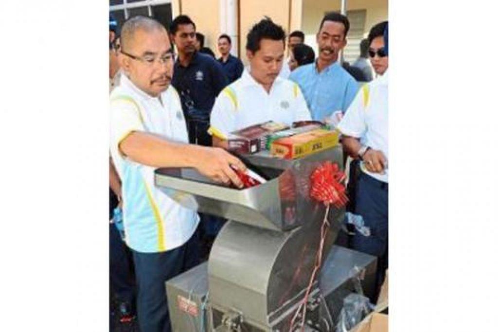 ROKOK DIMUSNAHKAN: Pegawai Kastam memusnahkan rokok yang dirampas di Kuala Batas. Jabatan Kastam mendapat maklum balas positif daripada banyak pihak selepas Ops Pacak dilancarkan di Bintulu yang menyaksikan penjualan rokok sah meningkat sehingga 38 peratus. - Foto THE STAR