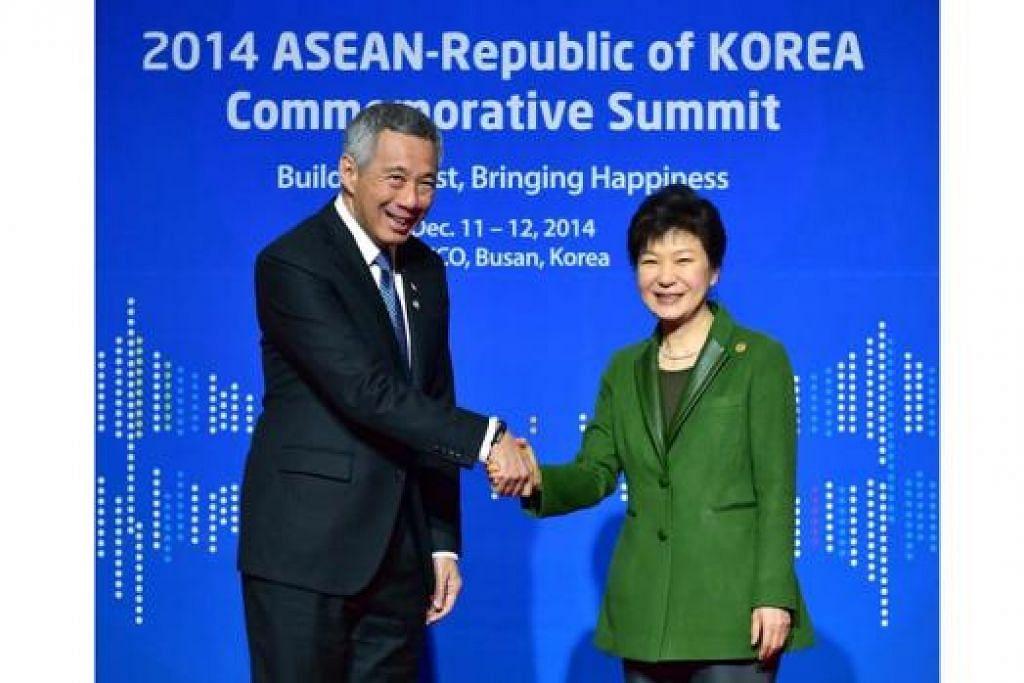 TEMUI PRESIDEN: Presiden Korea Selatan, Cik Park Geun-Hye, menyambut kedatangan Encik Lee sebelum sesi sidang puncak Peringatan Asean-ROK semalam.- Foto AFP