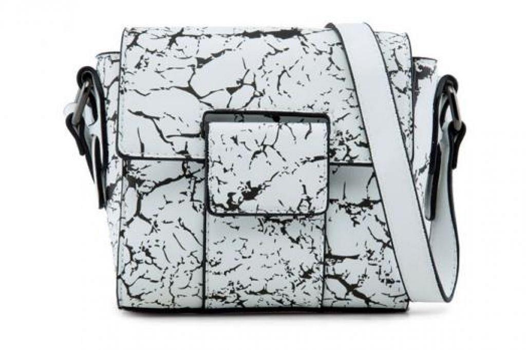 ANTARA BEG TANGAN REKAAN ZALORA - BEG MINI BOXY: Beg yang sesuai dibawa jika anda mengembara tanpa perlu dijinjing berharga $19.90. - Foto ZALORA SINGAPORE