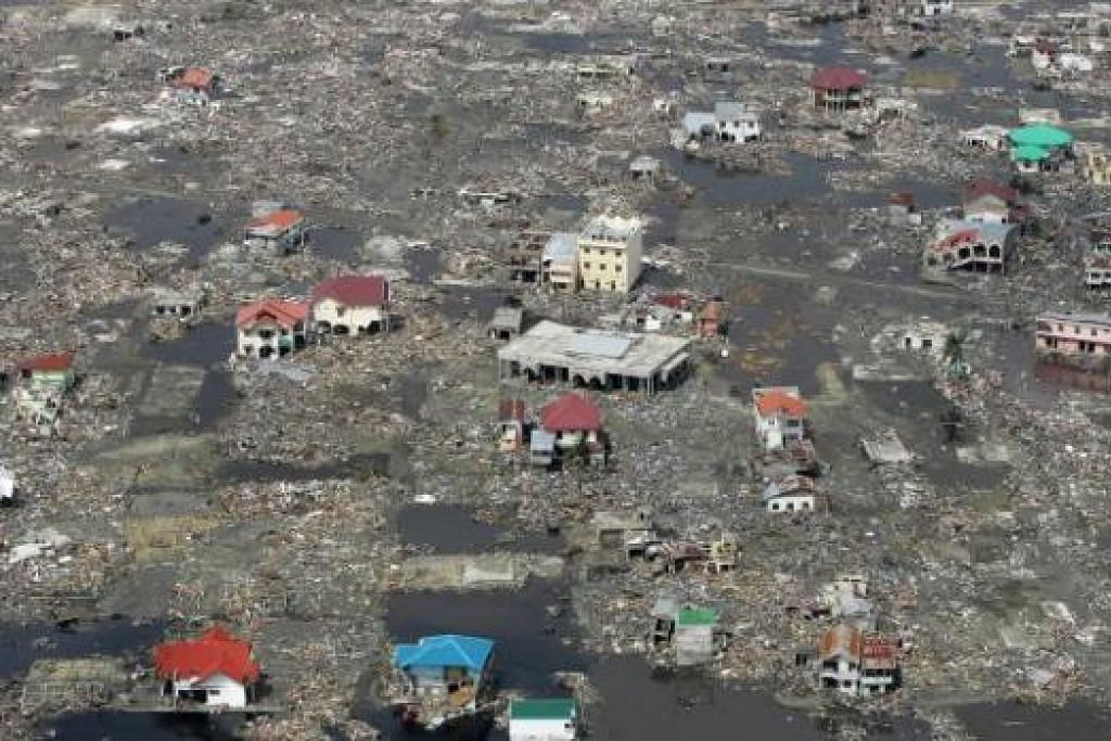 KEMUSNAHAN SUKAR DIGAMBARKAN: Di Aceh, gelombang tsuami setinggi bangunan empat tingkat memusnahkan segalanya, sejauh mata memandang. – Foto-foto SPH
