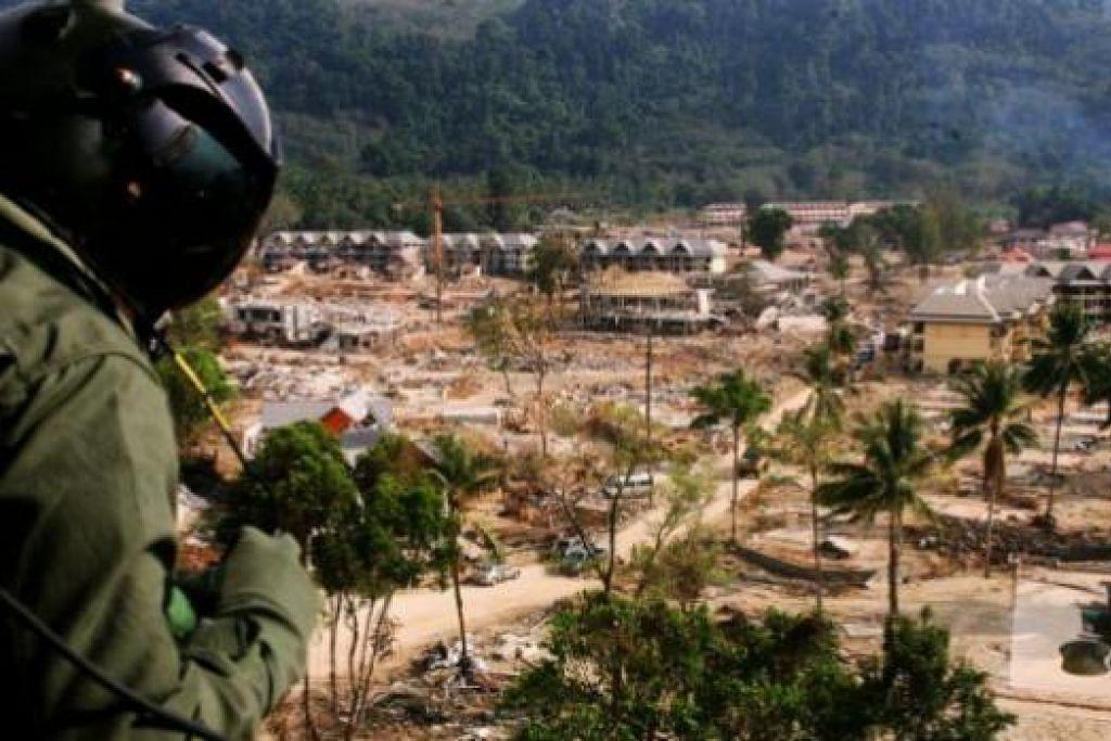 UJIAN KEMANUSIAAN: Tragedi tsunami menyatukan warga dunia untuk membantu dengan Singapura antara negara pertama hulurkan bantuan. – Foto-foto SPH