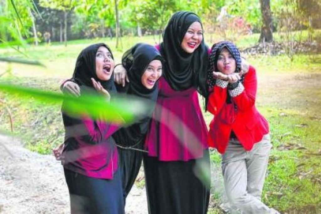 PENGGERAK JARINGAN: HFH Networks Pte Ltd diuruskan (dari kiri) Cik Nurjumaiyah Amat Kamsin, Cik 'Arifah 'Atiqah Rahmat, Cik Shamsydar Ani Ismail dan Cik Nur Diyanah Roslan.