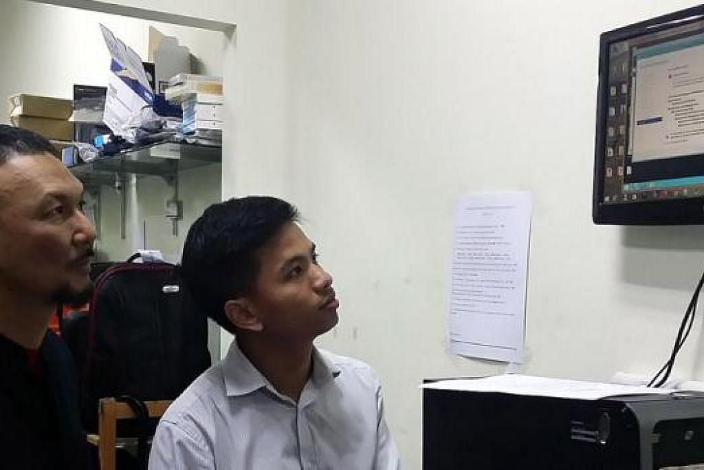 MENGAUP PELUANG DI GEBIZ: Encik Nasir (berbaju hitam) berkata peniaga perlu rajin memantau tender di GeBiz. - Foto ihsan NASIR SAIRI