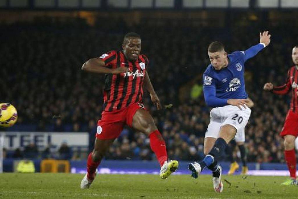 REMBATAN HEBAT: Bintang muda Everton, Ross Barkley, melepaskan rembatan kencang bagi menyumbatkan golnya semasa menewaskan Queens Park Rangers. - Foto REUTERS