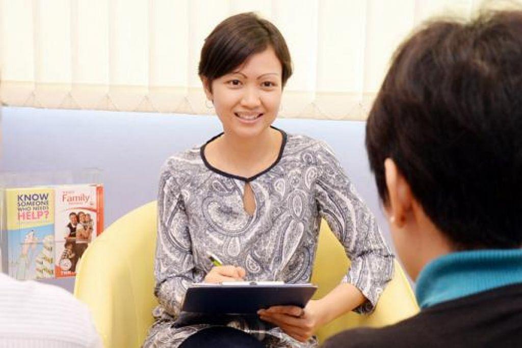 SUKA BANTU ORANG: Cik Nurfizah menguruskan lebih 40 kes klien yang dirujuk atau datang mendapatkan bantuan seperti dalam aspek kewangan dan pekerjaan daripada Pusat Khidmat Keluarga (FSC) Thye Hua Kwan (THK) di Jurong. - Foto-foto JOHARI RAHMAT