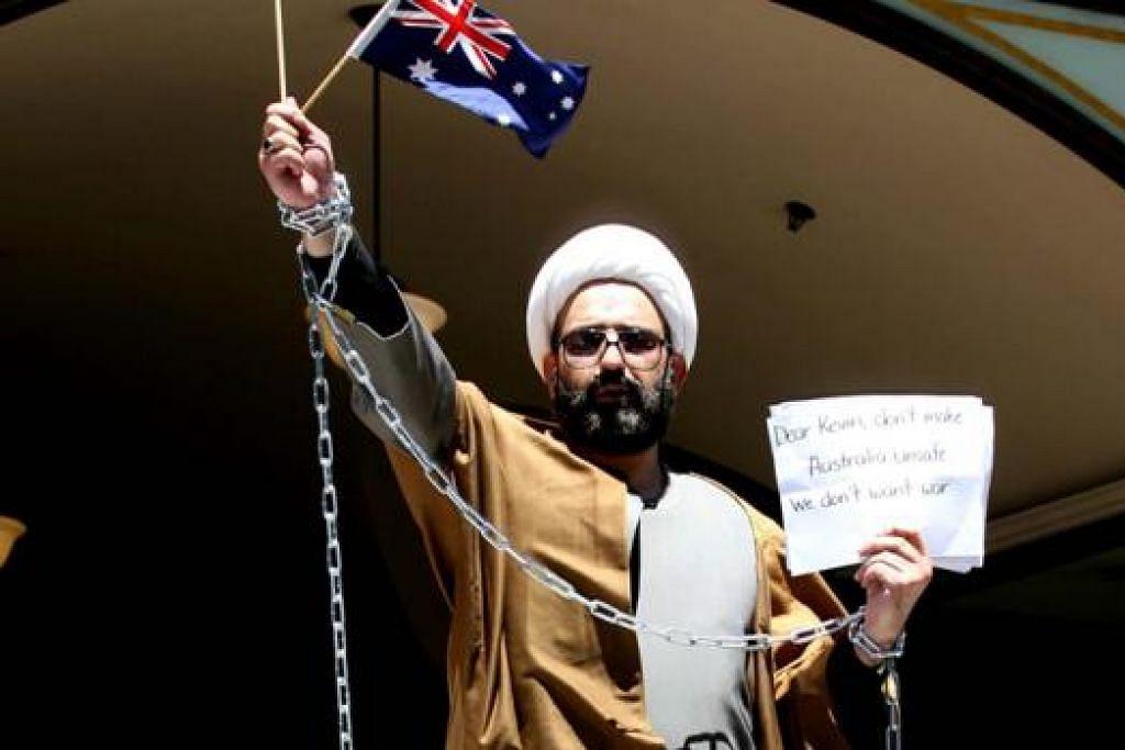 WAJAH SI DALANG: Inilah lelaki yang dipercayai dalang insiden tebusan Sydney, Man Haron Monis. Di sini, dia dirakam berada di mahkamah pada 2009.  - Foto REX FEATURES
