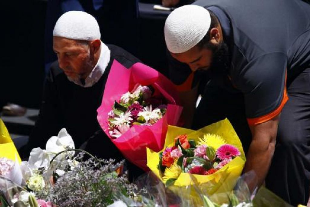 HULURAN SALAM TAKZIAH: Beberapa warga Muslim Australia meletakkan jambangan bunga berdekatan Kafe Lindt, Sydney, tempat berlakunya krisis tebusan selama 16 jam kelmarin. - Foto REUTERS