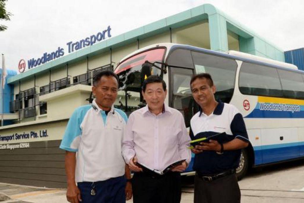 DAPAT TUNJUK AJAR BOS: Encik Voo (tengah) bersama dua kakitangan Melayunya iaitu Encik Supaa'd (kiri) dan Encik Abdul Rahman. - Foto JOHARI RAHMAT