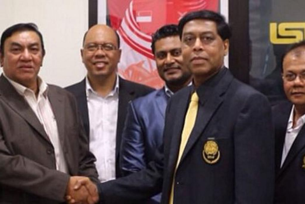 SALAM TERIMA KASIH ATAS KUNJUNGAN: Setiausaha Istaf, Abdul Halim Kader (dua dari kanan), berjabat tangan dengan presiden PSM, Dato Haji Ahmad Ismail, yang berkunjung ke Singapura untuk menemui pegawai-pegawai Istaf dengan diperhatikan (dari kiri) setiausaha agung PSM, Datuk Radzuan Abdullah, setiausaha agung Istaf, Muhammad Taufiq Abdul Halim, dan anggota majlis PSM, Dato Abidullah Salleh. - Foto PERSES