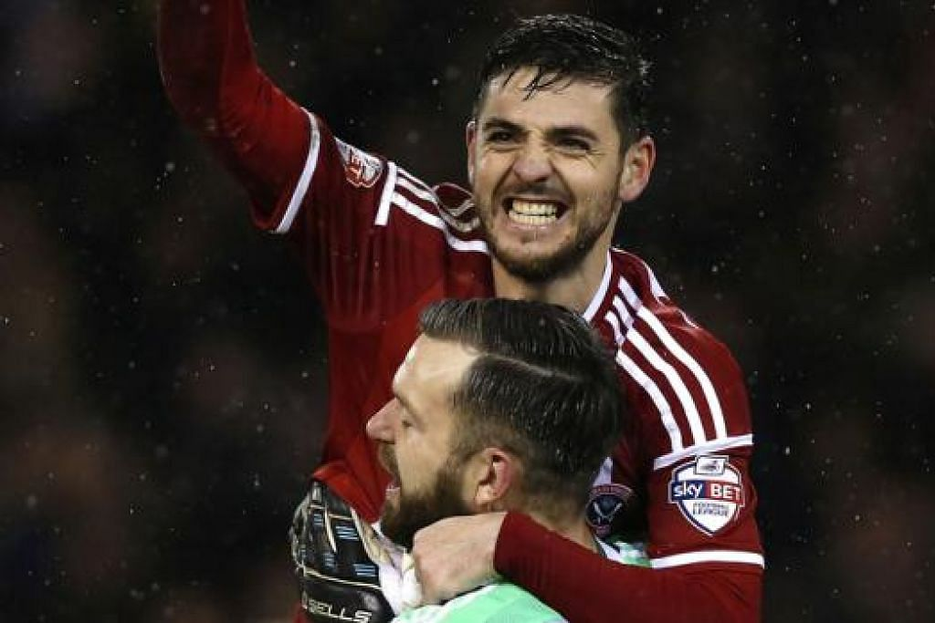 KEMENANGAN MANIS: Dua pemain Sheffield United, Robert Harris (jersi merah) dan Mark Howard, meraikan kejayaan hebat selepas wisel penamat pertemuan dengan Southampton dinihari semalam. - Foto REUTERS