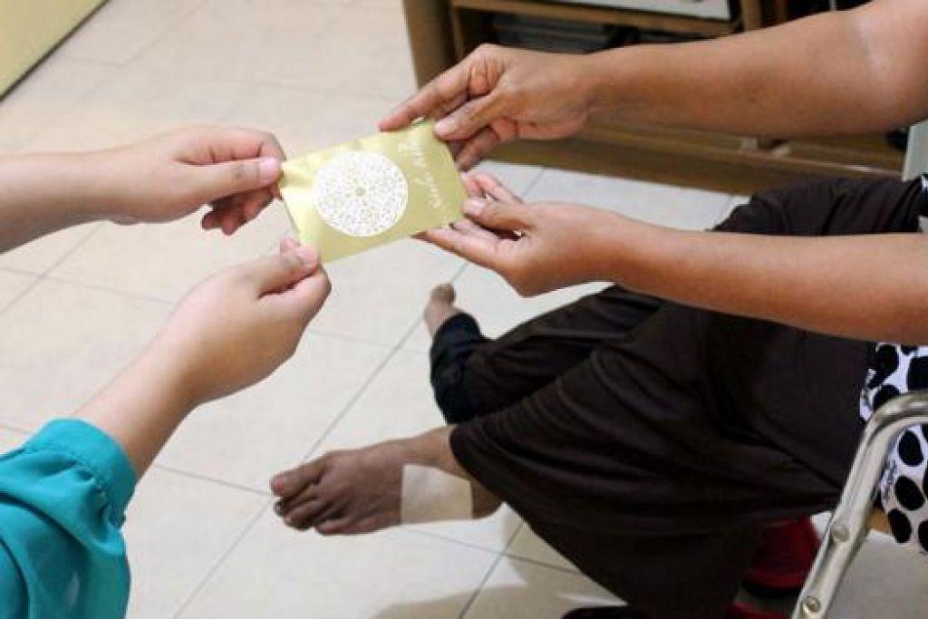 SYUKUR TERIMA BANTUAN: Bonus zakat yang diterima Cik Siti mengurangkan beban beliau yang menghadapi penyakit artritis yang teruk. - Foto-foto MUIS