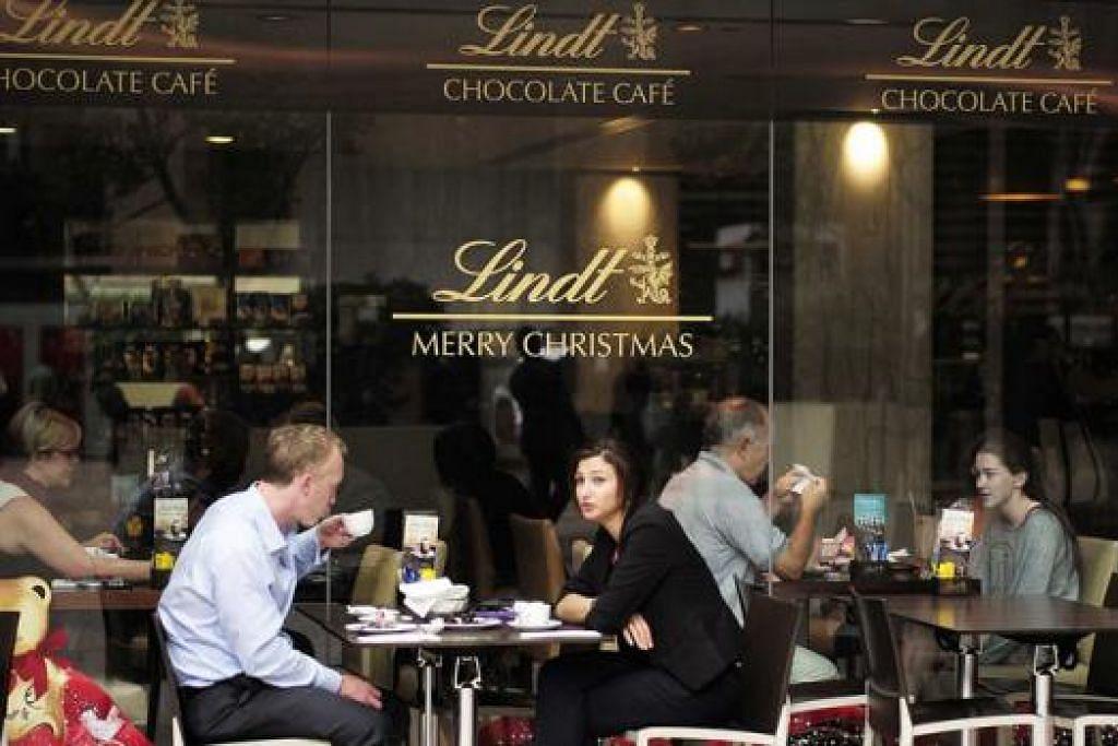 KEMBALI BEROPERASI: Lokasi insiden tebusan, Kafe Lindt, mula menerima pelanggan semalam. - Foto REUTERS