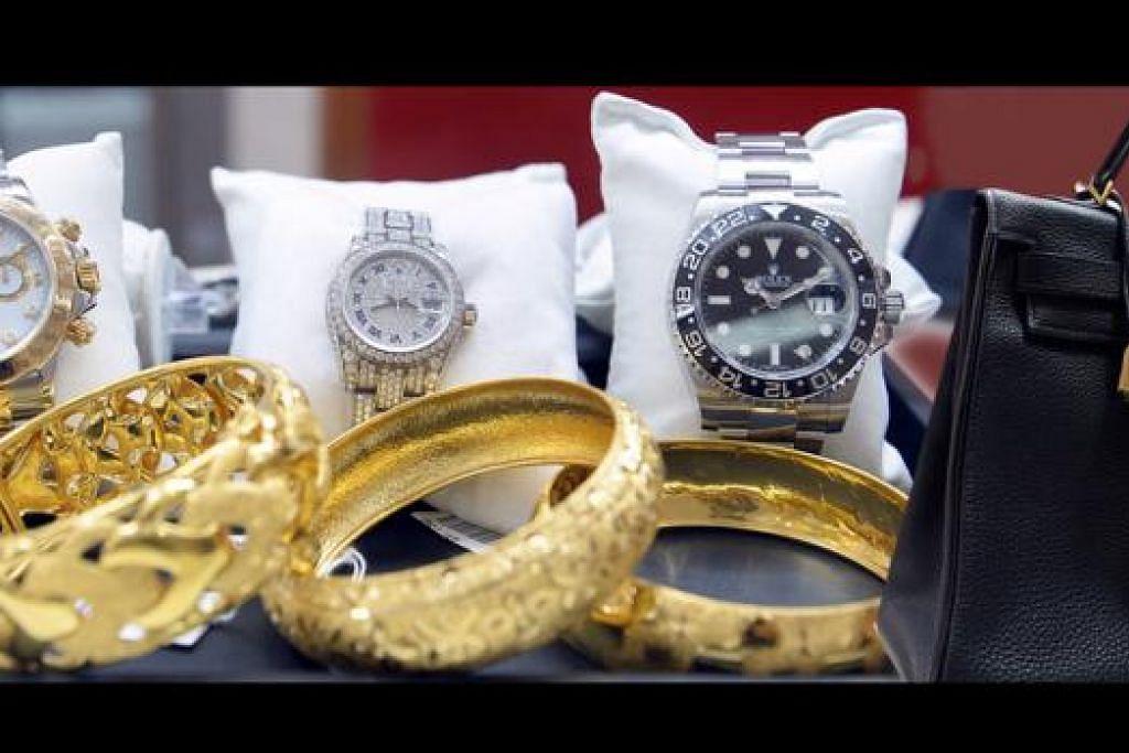 BERHARGA: Barang-barang yang dipajak pelanggan, termasuk beg berjenama Hermes, jam Rolex dan barang kemas. - Foto-foto TAUFIK A. KADER