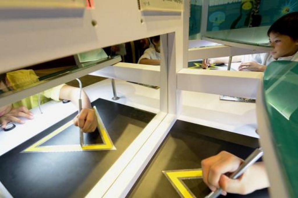 INTERAKTIF: Pengunjung juga berpeluang melakar dengan berpandukan cermin. - Foto TUKIMAN WARJI