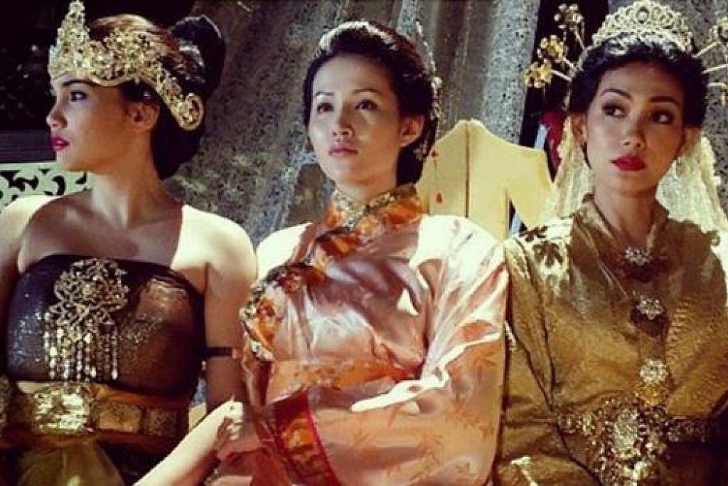 PEMENTASAN TEATER: Takhta 3 Ratu gabungan (dari kiri) Izreen Azminda, Soo Winci dan Erra mengisahkan tentang tiga puteri iaitu Galuh Chenderai, Hang Li Po dan Tun Teja. - Foto ARTISMELETOP.BLOGSPOT.COM