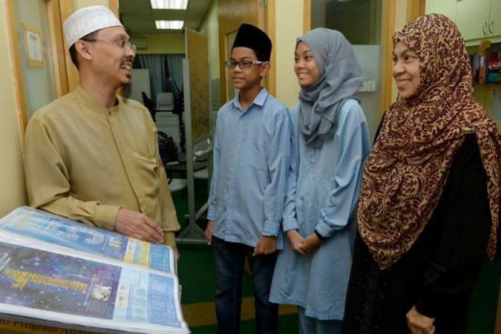 PENGAJIAN ISLAM MENJIWAI ASPIRASI KELUARGA: Ustaz Adam Ismail (kiri) bersama Cik Norliah Ali serta anak beliau, Muhammad Amsyar Shukor dan Nurin Syahindah Shukor. - Foto TUKIMAN WARJI