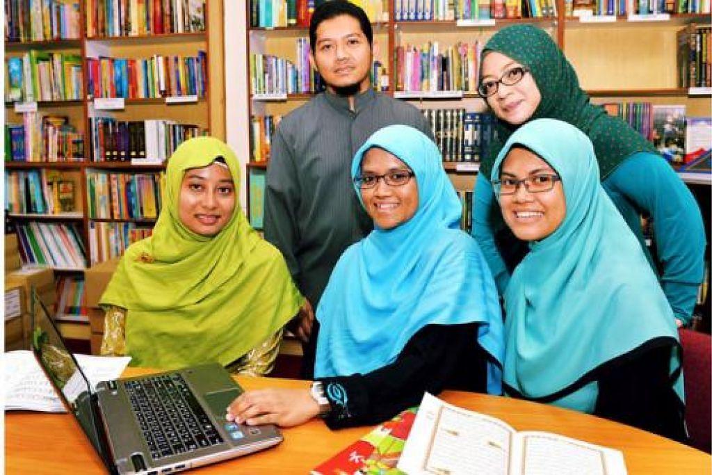DARUL ANDALUS SEDIAKAN E-COMMERCE: Kumpulan e-commerce Darul Andalus terdiri daripada (dari kiri) Cik Nur Hayati Kamarul Zaman (Pegawai Eksekutif, Jabatan R&D), Encik Wan Fahmy Mohamed Yusuf (Pegawai Eksekutif, Jabatan R&D), Cik Khaafizah Md Hanif (Pemangku Pengarah Eksekutif), Cik Siti Raudha Abdullah (Pegawai Eksekutif, Jabatan R&D) dan Cik Siti Hafizah Ismail (Pengurus, Jabatan R&D). - Foto MOHD KHALID BABA