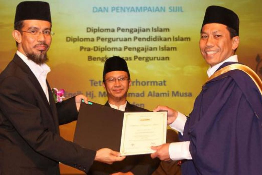PENYERAHAN DIPLOMA: Ustaz Mohd Fuad Md Aris menyerahkan Diploma Pengajian Islam kepada seorang lulusan semasa majlis konvokesyen sebelum ini.