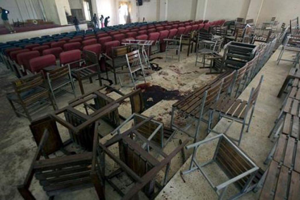 MUSNAH: Inilah kemusnahan di dewan sekolah yang diserang Taleban. - Foto DAILY MAIL
